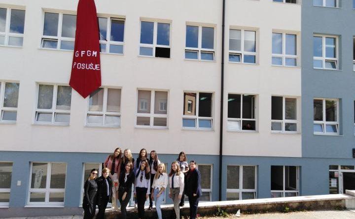 [FOTO/VIDEO] Pogledajte kako su učenici Gimnazije fra Grge Martića Posušje ukrasili školu kravatom