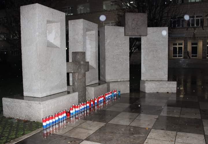 Na Trgu hrvatskih branitelja u Posušju zapaljene svijeće za pokojnog generala Slobodana Praljka