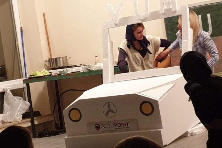 Mladi okupljeni u udrugu VUM oduševili izvedbom igrokaza U nas u Njemačkoj