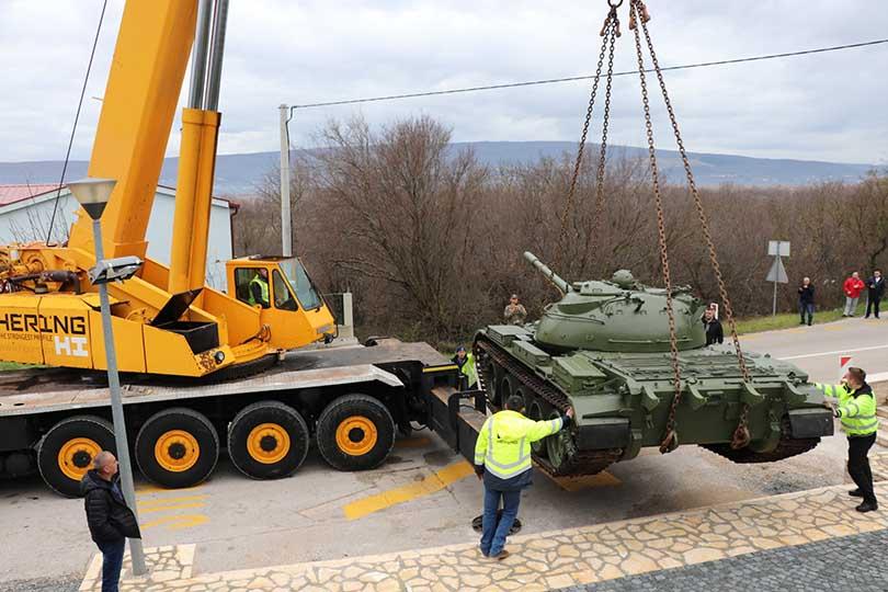 U Polog stigao tenk koji će biti sastavni dio spomenika kao sjećanje na zaustavljene tenkove JNA