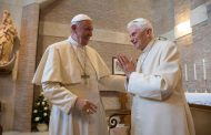 Benedikt XVI. pozvao papu Franju da ne zaređuje oženjene muškarce