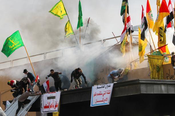 Trump zaprijetio Iranu, prosvjednici koji su napali američko veleposlanstvo se povukli