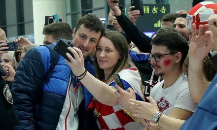 Srebrne rukometaše pjesmom dočekale stotine navijača, kako će tek biti danas na zagrebačkim ulicama