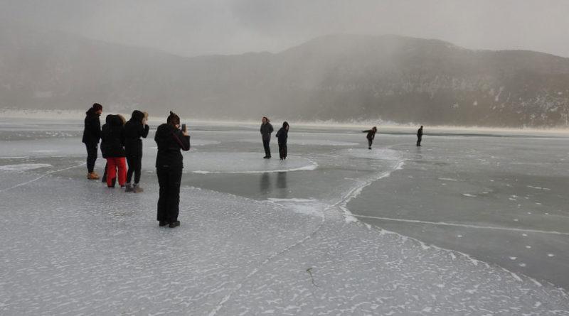 Brojni posjetitelji uživaju u čarima zaleđenog Blidinjskog jezera!