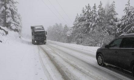 Na dionicama Livno – Šujica i Šujica – Kupres jak vjetar mjestimice stvara sniježne nanose