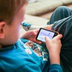 Većina djece prvi mobitel dobiva sa sedam godina, do 11. godine ga svi imaju