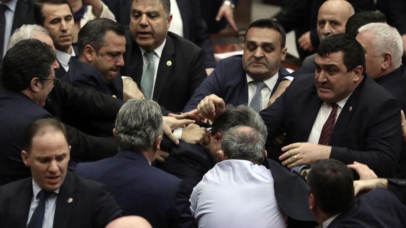 VIDEO: Zastupnik kritizirao Erdogana pa počela masovna tučnjava u parlamentu