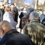 USPRKOS PREPORUKAMA: Umirovljenici napravili velike redove ispred banaka