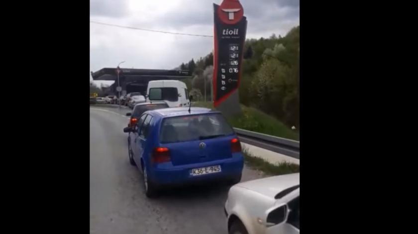Ovo nije gužva na graničnom prijelazu, nego kolona na benzinskoj crpki u BiH