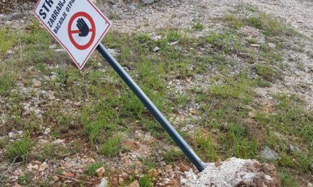 Dok jedni saniraju deponije, primitivci uništavaju znakove za zabranu odlaganja otpada
