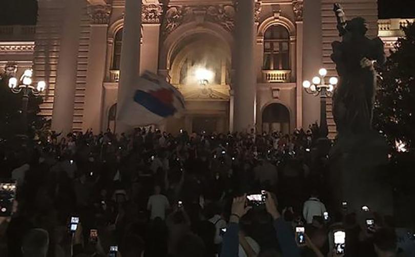 Veliki prosvjedi u Srbiji protiv Vučićevih novih mjera, dio građana provalio u parlament