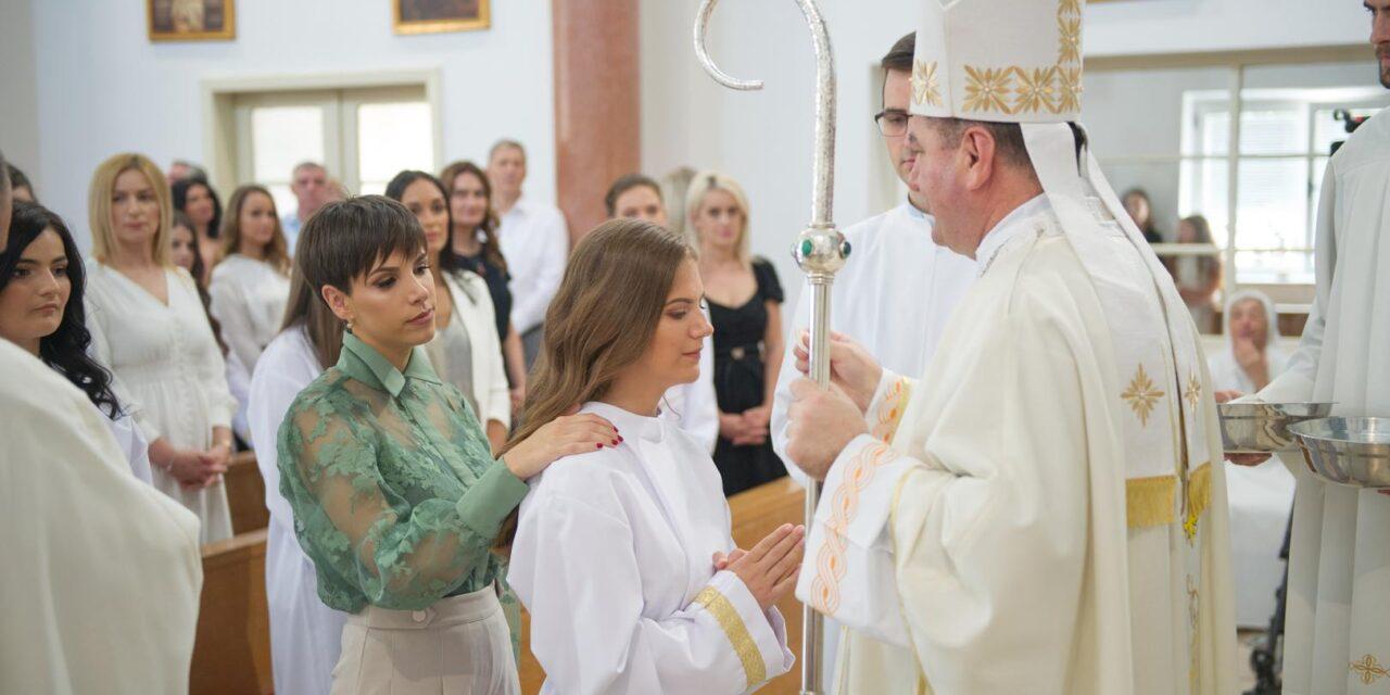 PRVA SLUŽBENA MISA NOVOG MOSTARSKOG BISKUPA: Biskup Palić krizmao 63 krizmanika i krizmanice