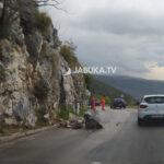 Vozači oprez: Na cestama mogući odroni kamenja i zemlje, veliki kamen stvorio probleme na Kobilovači