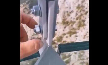 Snimka s Biokova kruži internetom: Na Skywalku posjetitelji rukom odvijaju matice na konstrukciji