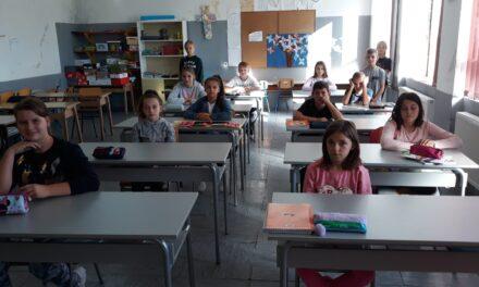 """Trvtka """"Mrvelji"""" d.o.o. donirala školski namještaj PŠ Čitluk"""
