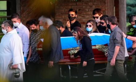 Maradona sahranjen pred 200 ljudi