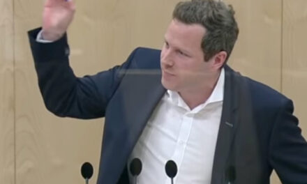 Austrijski političar u parlamentu testirao Coca-Colu na koronavirus