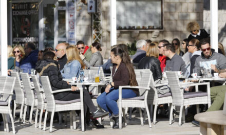 Je li BiH korona-fenomen? Rade kafići, restorani i dućani, organiziraju se svadbe, a broj novozaraženih i umrlih zadnjih dana znatno pada