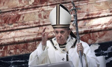 Papa Franjo dekretom dopustio ženama dijeliti pričest i ministrirati
