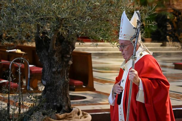 Papa služio misu na Cvjetnicu, zbog pandemije ograničen broj sudionika