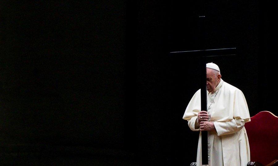 Papa Franjo drugi put zaredom predvodio Križni put bez javnosti, u obredu se spomenula i pandemija