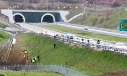 Stravična nesreća: U prevrnutom BMW-u poginule tri osobe