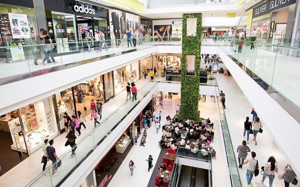 Šopingholičari se vraćaju u trgovine, online prodaja u padu