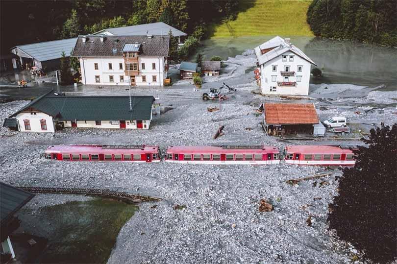 Nevjerojatne fotografije iz Austrije: Blatne bujice zatrpale vlak, više od 70 osoba ostalo zarobljeno u automobilima