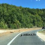 Na cesti između Posušja i Širokog prosulo se kamenje i pijesak po cesti