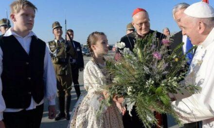 Papa Franjo stigao u Budimpeštu, planiran susret s Orbanom