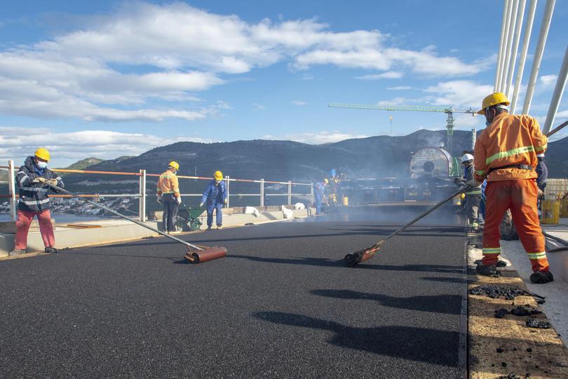 Počelo asfaltiranje kolnika Pelješkog mosta, pogledajte kako teku radovi